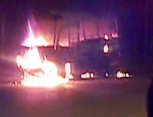 Xe khách bốc cháy, 10 người thoát nạn
