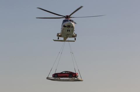 """Siêu xe aston Martin Vanquish """"lướt"""" trên bầu trời Dubai"""