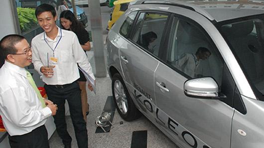 Đổ xô đi mua xe sau khi có quyết định giảm phí