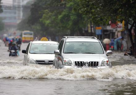 Chia sẻ kinh nghiệm lái xe mùa mưa bão